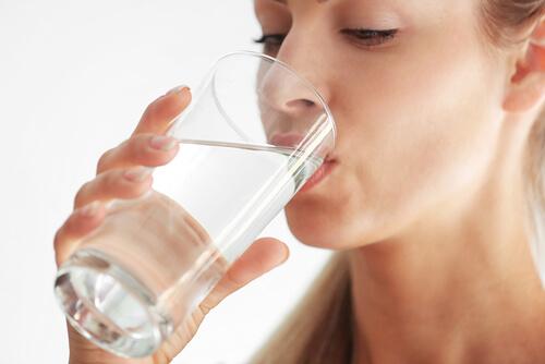 hydration vs moisture, treat dehydrated skin, drink water